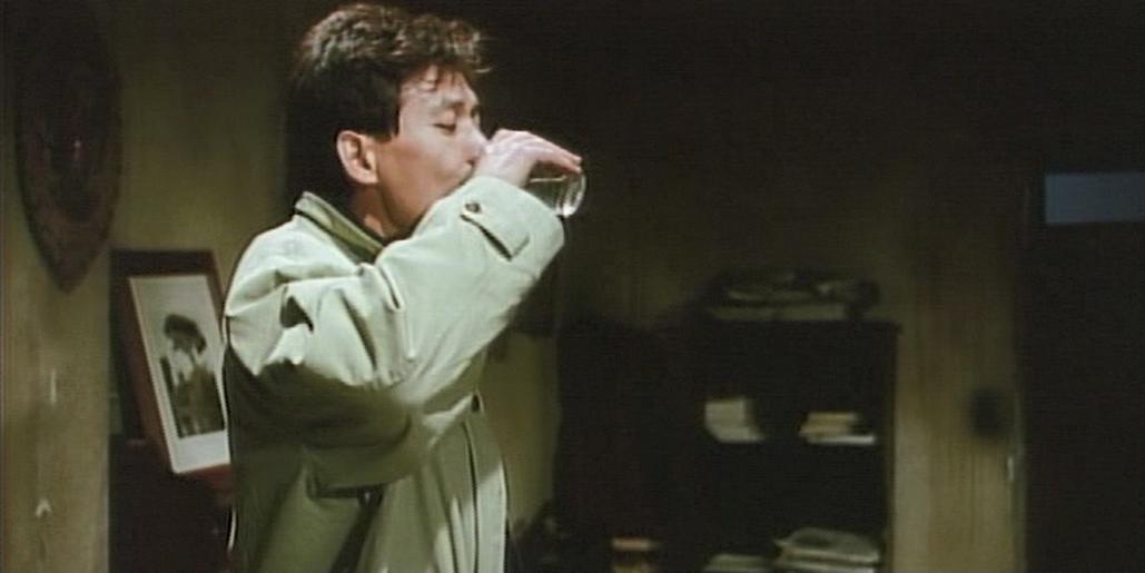 ホワイト・バッジ ハン・ギジュ兵長(アン・ソンギ) 酒を飲む